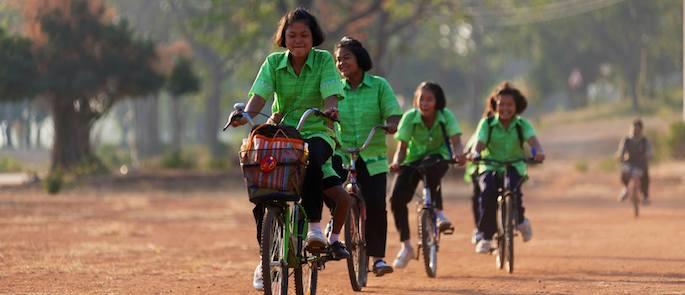 Andare a scuola in bici fa bene, è divertente, tiene in forma. Inoltre, aiuta a rispettare l'ambiente e rende i centri abitati molto più vivibili. E poi, c'è anche un'altra cosa. Perché avere o meno una bici a disposizione può fare la differenza tra riuscire ad andare o meno a scuola. Come nel caso della Thailandia. Tra analfabetismo… Ci sono milioni di persone che vivono in Thailandia e che, letteralmente, non sanno né leggere né scrivere: in totale, stiamo parlando di circa tre milioni e 360mila persone di età superiore a 15 anni. Come capita anche in altri Paesi, la maggior parte è costituita da donne (dati: Unesco). Le cause dell'analfabetismo sono diverse. • Scuole troppo care o troppo lontane; • Scuole, a volte, del tutto inesistenti; • Personale scolastico non adeguatamente formato; • Genitori che non comprendono quale sia l'importanza dell'istruzione e preferiscono che i loro bambini comincino, fin da piccoli, a lavorare. Le conseguenze possono essere riassunte con una sola parola: povertà. Perché chi non sa né leggere né scrivere non ha la possibilità di trovare un lavoro dignitoso e non sa come far valere i propri diritti. …e sfruttamento sessuale Secondo i dati dell'Unicef, 120 milioni di ragazze, nel 2014, sono state vittime di sfruttamento sessuale. Stiamo parlando di milioni di ragazze di età inferiore a 20 anni. I Paesi in cui questo problema è più grave sono tre: il Nepal, la Tanzania e, come sicuramente si sarà capito, la Thailandia. E poi arrivano le bici Le ragazzine che puoi vedere nella foto abitano a Baan Khao, in Thailandia. Sono tra le fortunate che hanno la possibilità di riceve un'istruzione. La bicicletta le aiuta ad arrivare puntuali a scuola. E, ovviamente, contribuiscono a rendere il tragitto molto più divertente. Com'è stato possibile realizzare tutto questo? Grazie al contributo dell'adozione a distanza.