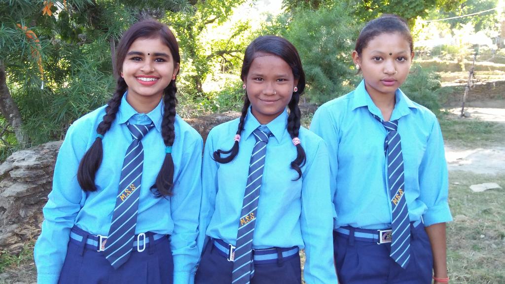Maya insieme alle sue amiche di scuola - Nepal